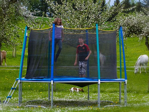 Trampolin hüpfen, familienfreundlicher Urlaub